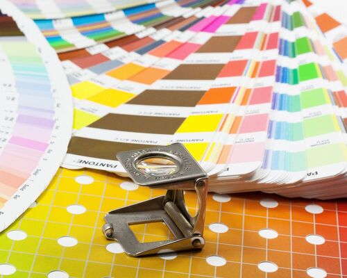 magnifying_glass_color_fan_pantone_printing_inks_concentrated_grid_four_color_printing_cmyk-921476